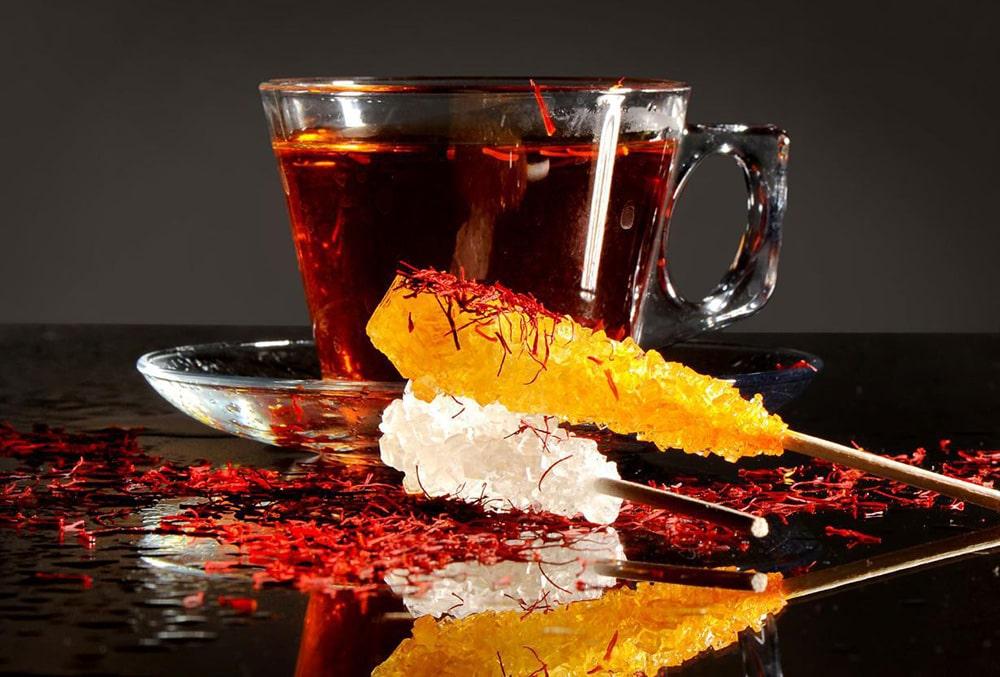 چای زعفران به همراه نبات زعفرانی