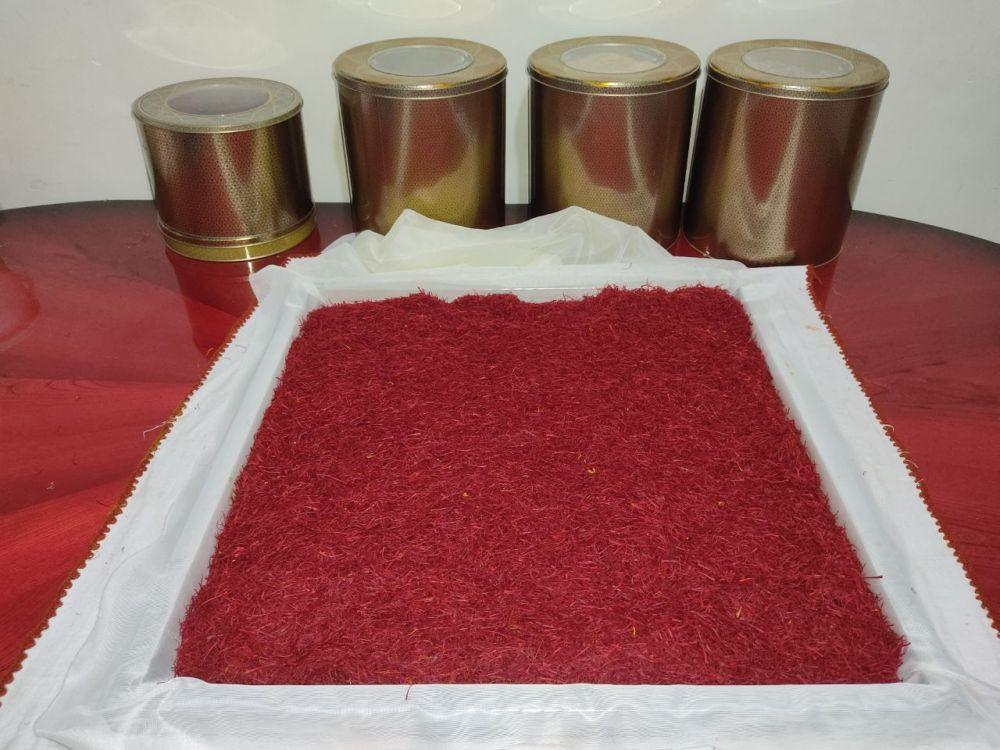 پر کردن سینی دستگاه خشک کن زعفران